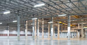 LED-Feuchtraumleuchten in einer Industriehalle