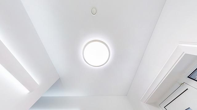 LED-Wandlampe von Noxion an der Decke