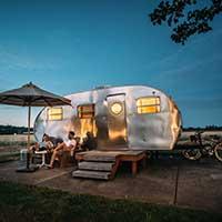 coppia di fronte ad un camper nella notte