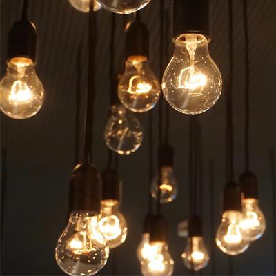 Mehrere Glühbirnen hängen von der Decke