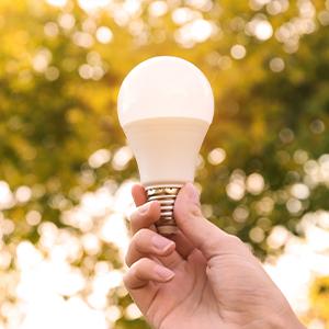 Hand hält eine LED-Lampe nach oben