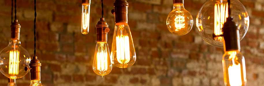 Vintage-LED-Leuchtmittel von Backsteinwand