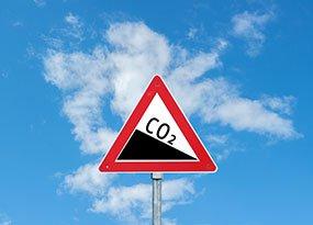 Verkehrsschild mit CO2-Angabe